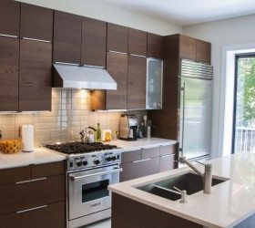 cool-modern-kitchen-design-with-wooden-kitchen-cabinet-and-marble-kitchen-island-with-big-stylish-refrigerator-with-stainless-cutlery-set-and-glass-window-room-design-1024x673